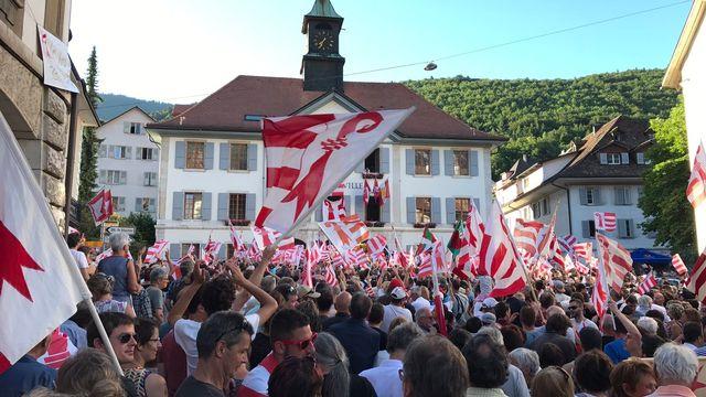 Une forêt de drapeaux jurassiens devant l'Hôtel de ville de Moutier dimanche soir. [Pascal Bourquin - RTS]