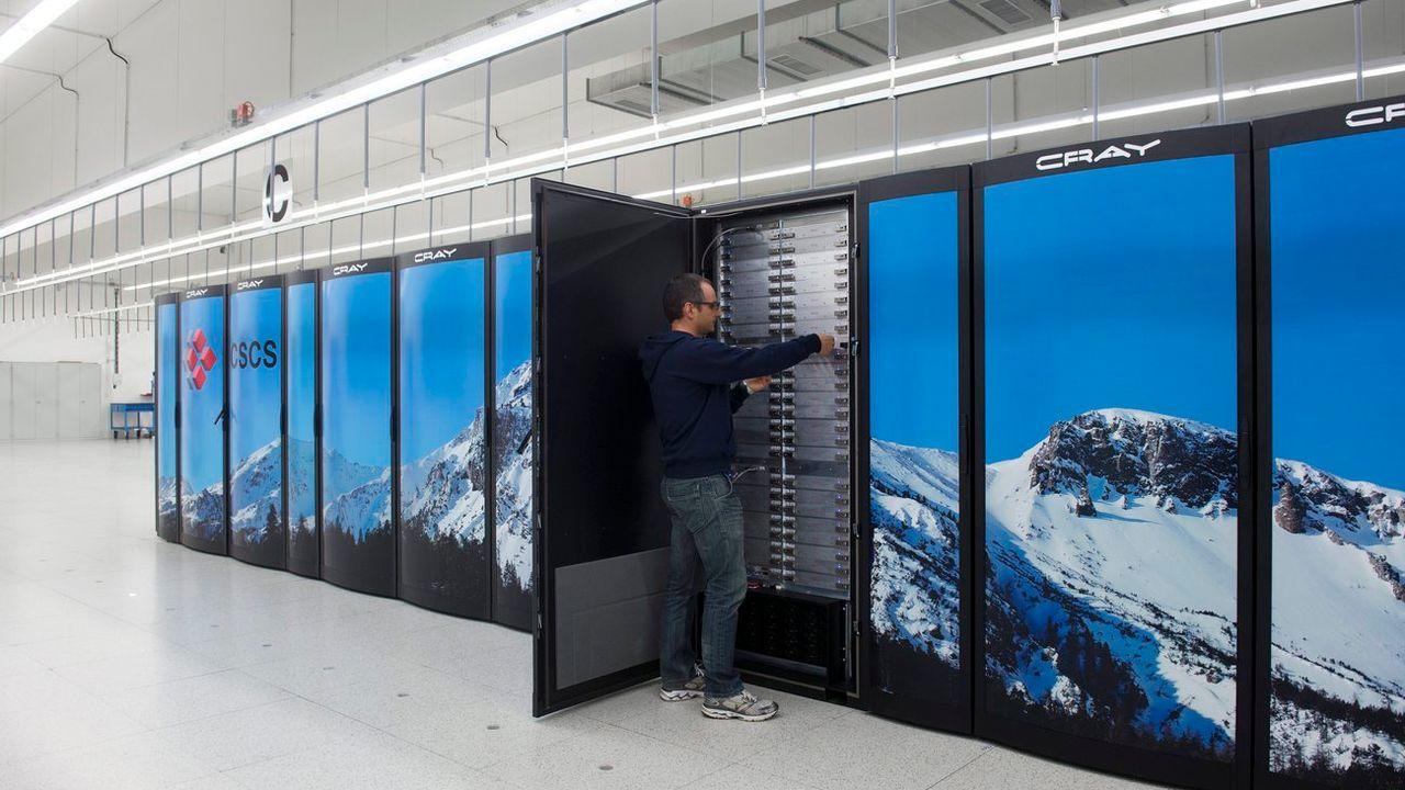 Un technicien contrôle le superordinateur Piz Daint à Lugano. [TI-PRESS/Gabriele Putzu - Keystone]