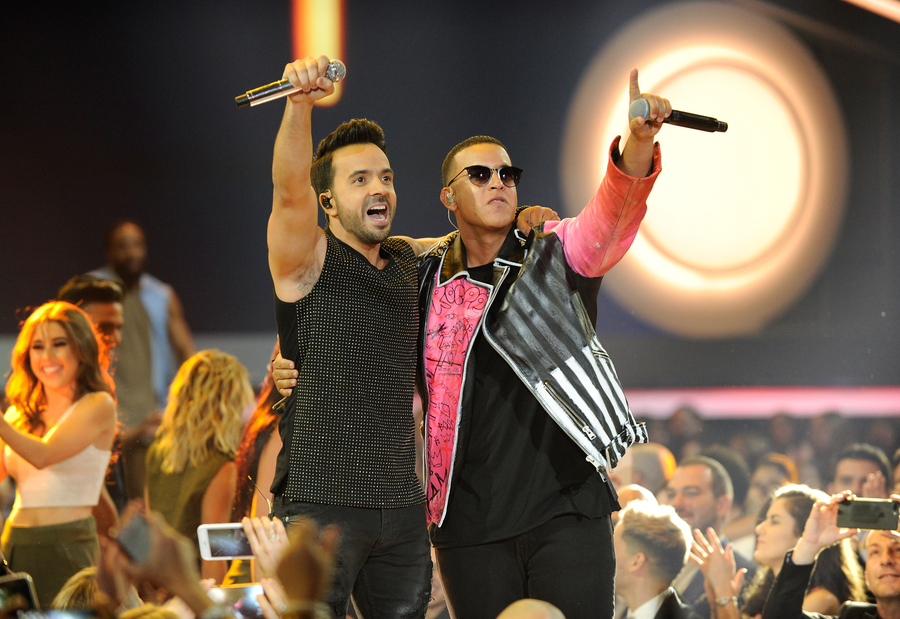 Luis Fonsi and Daddy Yankee chantent sur la scène du Watsco Center en Floride en avril 2017, lors des Billboard Latin Music Awards.