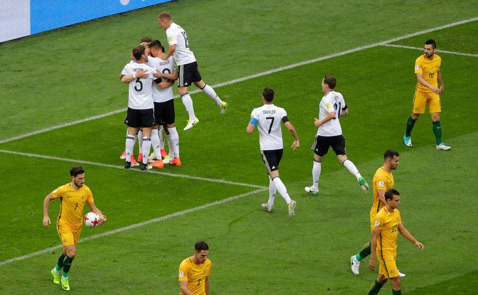 Les Allemands se félicitent après l'ouverture du score signée Lars Stindl. [Sergei Grits - Keystone]