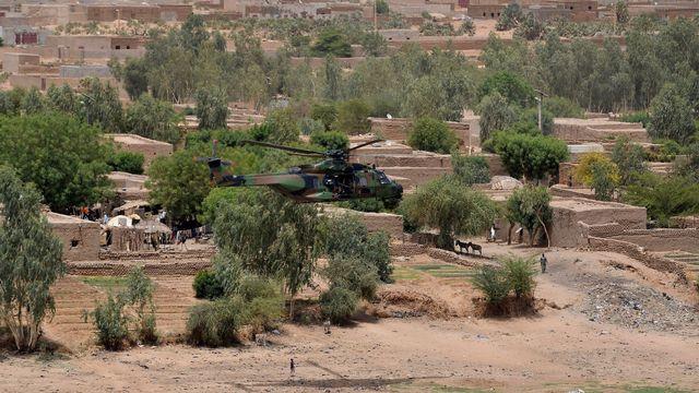 L'hélicoptère survolant Gao, dans lequel se trouvait le président français Emmanuel Macron lors de sa visite le 19 mai au Mali. [Christophe Petit Tesson - AFP]