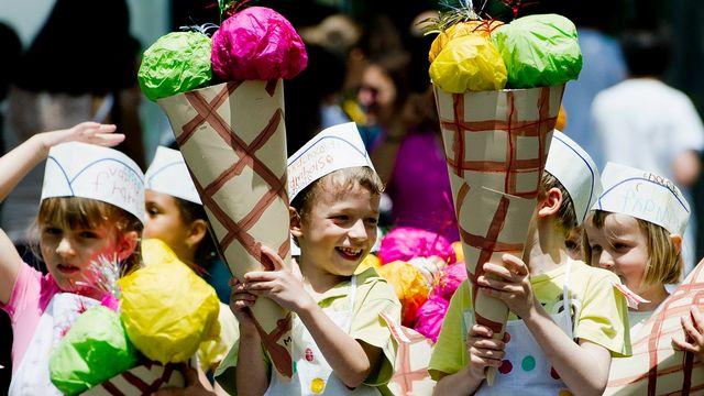 Face aux fortes chaleurs, des mesures ont été prises pour les élèves qui défileront au traditionnel cortège de la Fête du bois. [Jean-Christophe Bott - Keystone]