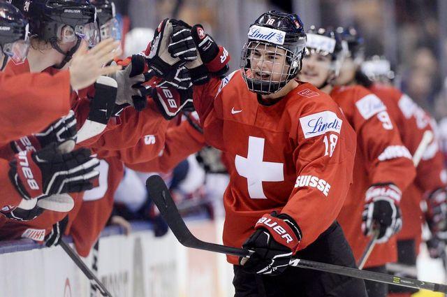 Le Valaisan Nico Hischier (n°18) va écrire une page du hockey helvétique. [Frank Gunn - Keystone]
