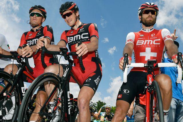 Stefan Kueng, au milieu, et Danilo Wyss, à droite, participeront au Tour de France avec BMC. [Walter Bieri - Keystone]