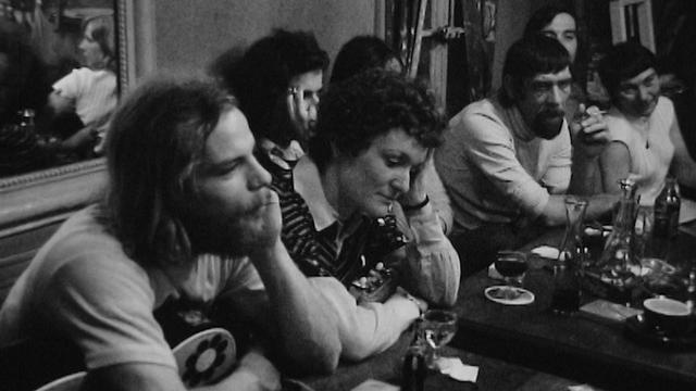 Les habitués du café de la Pointe à Genève en 1973. [RTS]