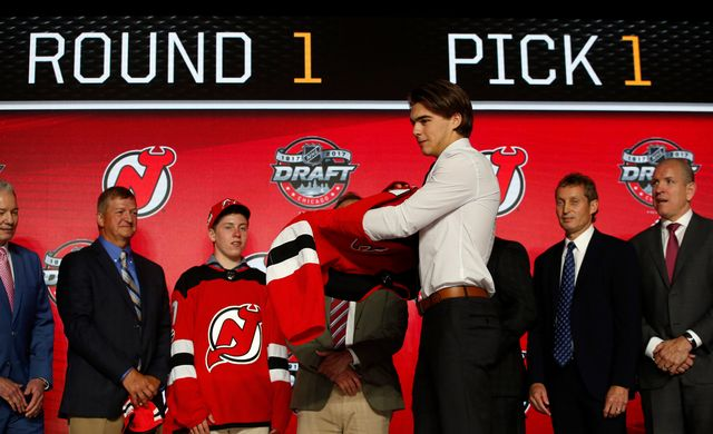 Une photo qui fera date: Nico Hischier premier choix de la draft! [Nam Y. Huh - Keystone]