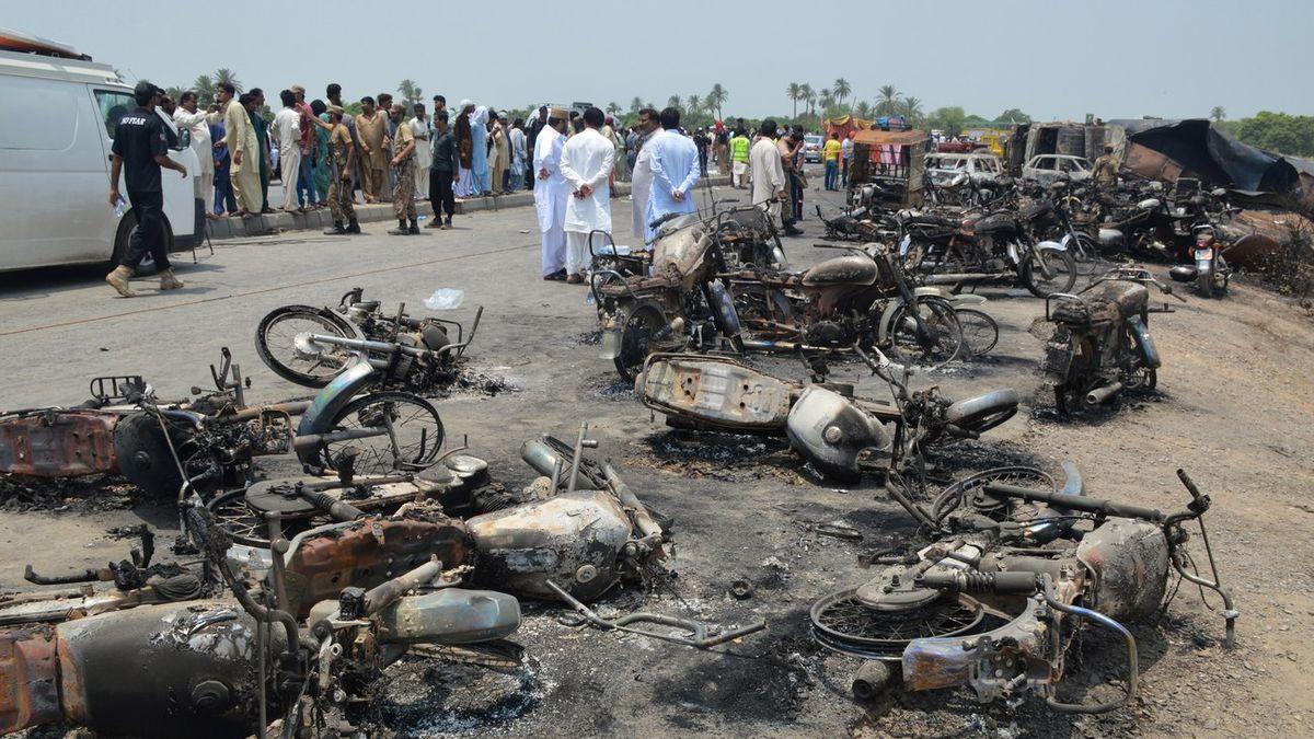 Un camion-citerne accidenté a explosé près de Bahawalpur, au Pakistan, faisant plus de 120 morts.