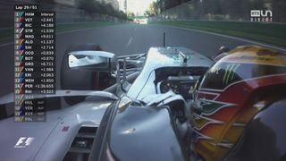 GP d'Azerbaïdjan: image insolite d'Hamilton en conduisant à une main à 200 km-h! [RTS]
