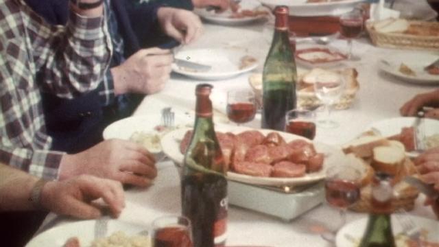 Une spécialité genevoise, la longeole en 1970. [RTS]