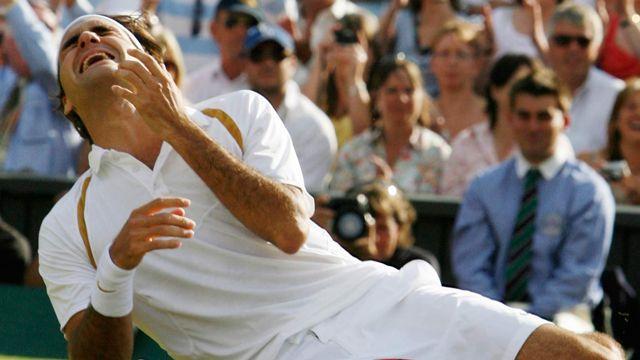 Roger Federer, victorieux de Rafael Nadal en finale du tournoi de Wimbledon 2007. AP Photo/Anja Niedringhaus Keystone [AP Photo/Anja Niedringhaus - Keystone]
