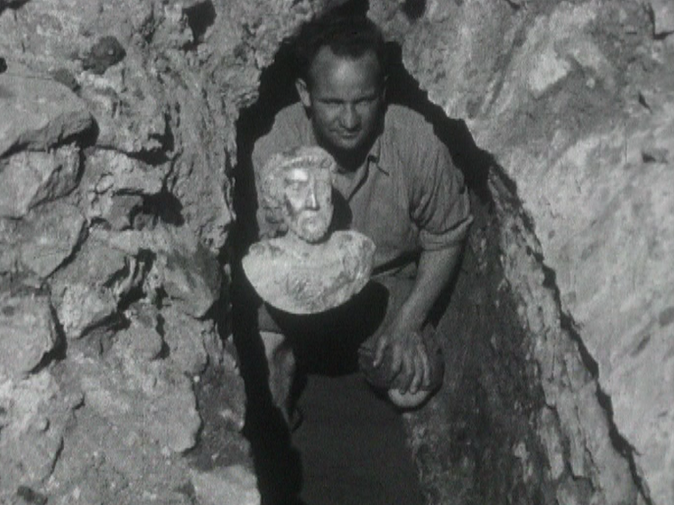 La découverte du buste en or de l'empereur Mar Aurèle à Avenches en 1939. [RTS]