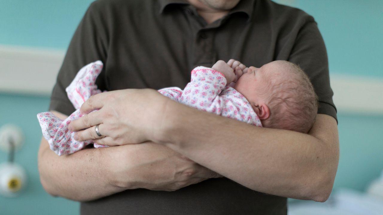 Le congé paternité, un sujet de société. [Gaëtan Bally - Keystone]