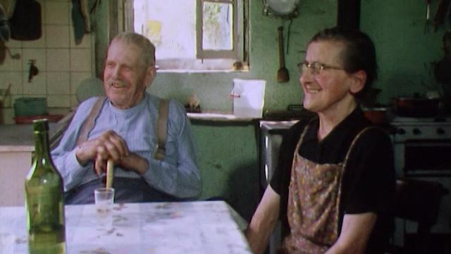 Monsieur et Madame Joye dans leur ferme de la Gayaz, 1972. [RTS]