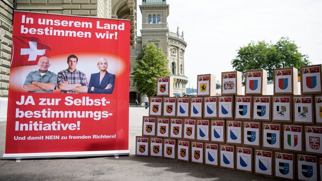 """Les signatures récoltées pour l'initiative de l'UDC """"pour l'autodétermination"""". [Peter Schneider - Keystone]"""