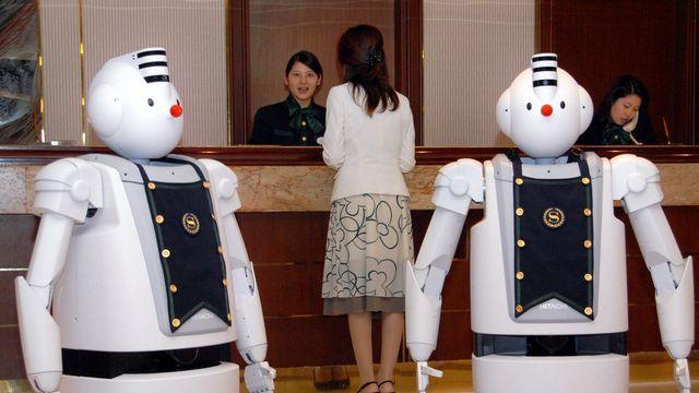Les robots pourraient faire leur apparition dans les métiers de l'hôtellerie et la gastronomie (ici un hôtel au Japon). [Katsumi Kasahara - AP/Keystone]