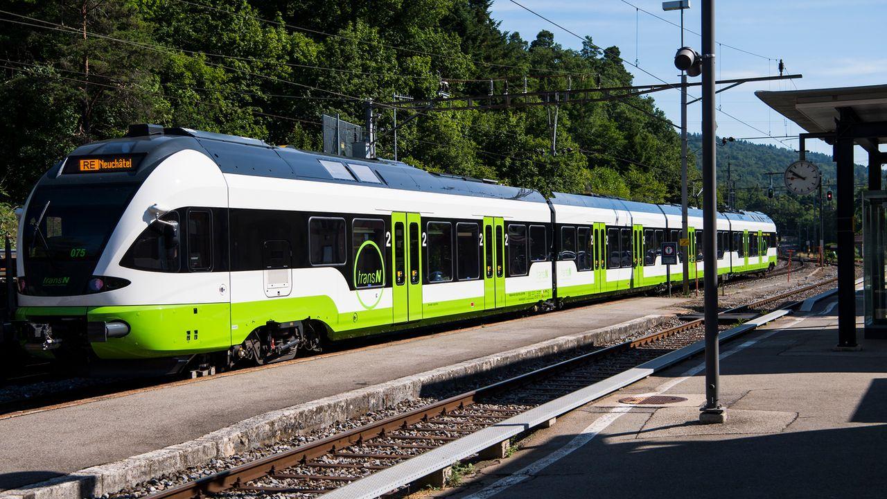 Un train sur la ligne Neuchâtel-La Chaux-de-Fonds. [Jean-Christophe Bott - Keystone]