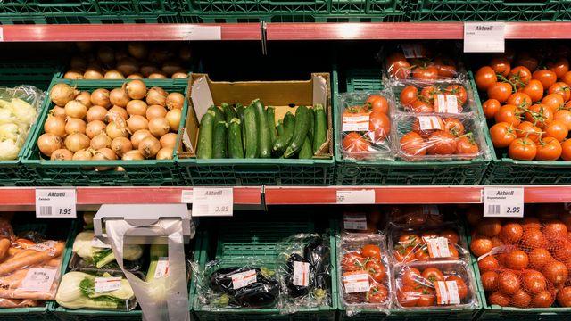 Des légumes dans les rayons d'un supermarché dans le canton de Zurich. [Christian Beutler - Keystone]