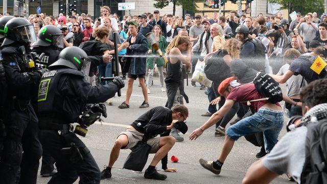 La police utilise du spray au poivre pour éloigner des manifestants lors du sommet du G20 à Hambourg le 8 juillet. [Christophe Gateau - Keystone/DPA]