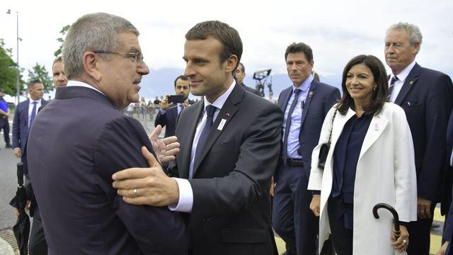 Emmanuel Macron accueilli à Ouchy par le président du CIO Thomas Bach. [Fabrice Coffrini - AFP]