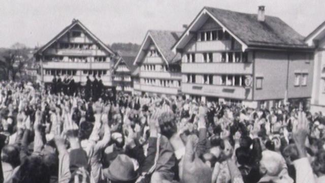 En 1988, seuls les hommes votent à la Landsgemeinde d'Appenzell. [RTS]