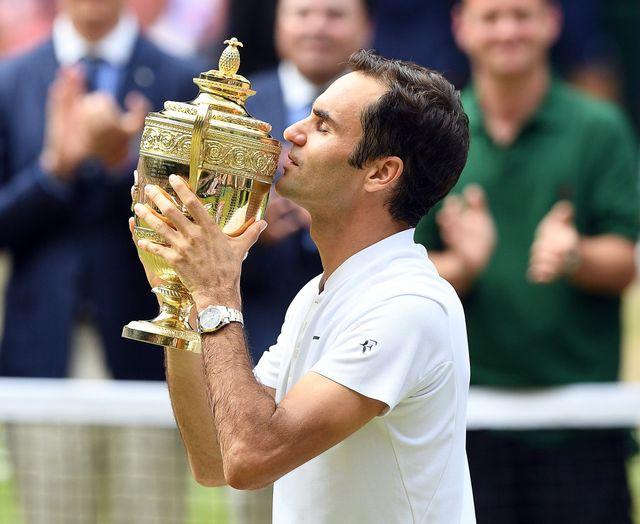 Roger Federer est le maître des lieux à Wimbledon après sa 8e victoire. [Facundo Arrizabalaga - Keystone]