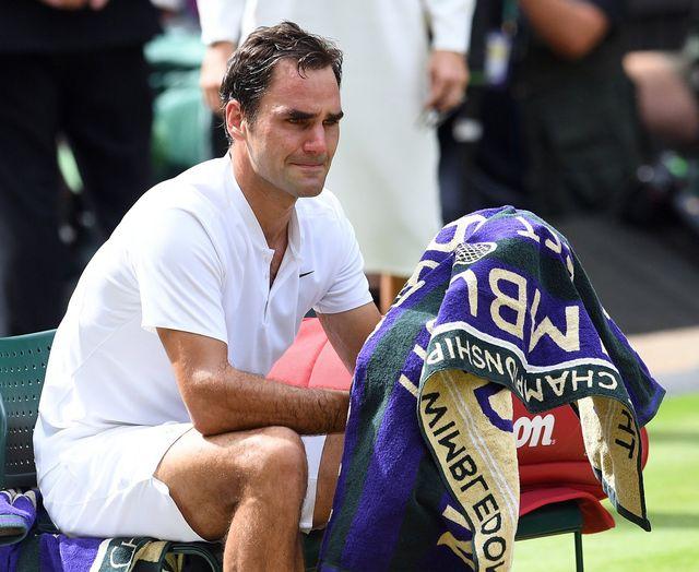 Roger Federer, en pleurs, réalise l'exploit accompli. [Facundo Arrizabalaga - Keystone]