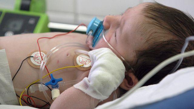 Dans le cadre de ces travaux, des services de pédiatrie hospitaliers ont étudié les cas d'enfants qui ont eu besoin de soins intensifs suite à une infection respiratoire sévère (bronchiolite par exemple). [JEAN AYISSI - AFP]