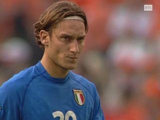Francesco Totti concentré avant de tirer son penalty. [RTS]