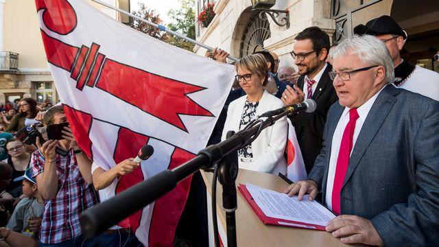 Le maire de Moutier Marcel Winistoerfer s'exprime après le oui sorti des urnes. [Jean-Christophe Bott - Keystone]
