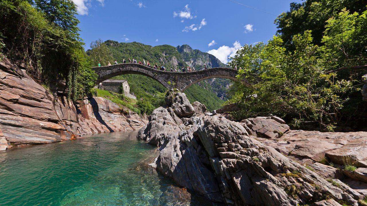 Lavertezzo, avec son pont en pierre qui enjambe la rivière, est l'un des endroits les plus prisés du Val Verzasca. [Gaëtan Bally - Keystone]