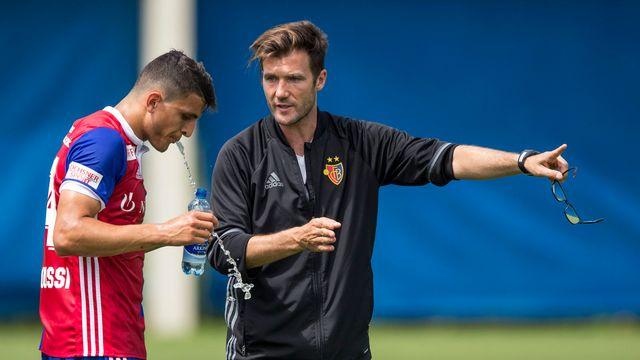 Raphaël Wicky (en noir) en train de diriger l'attaquant norvégien Mohamed Elyounoussi à l'entraînement. [Patrick B. Kraemer - Keystone]