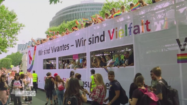 La Gay Pride de Berlin célèbre le mariage pour tous [RTS]