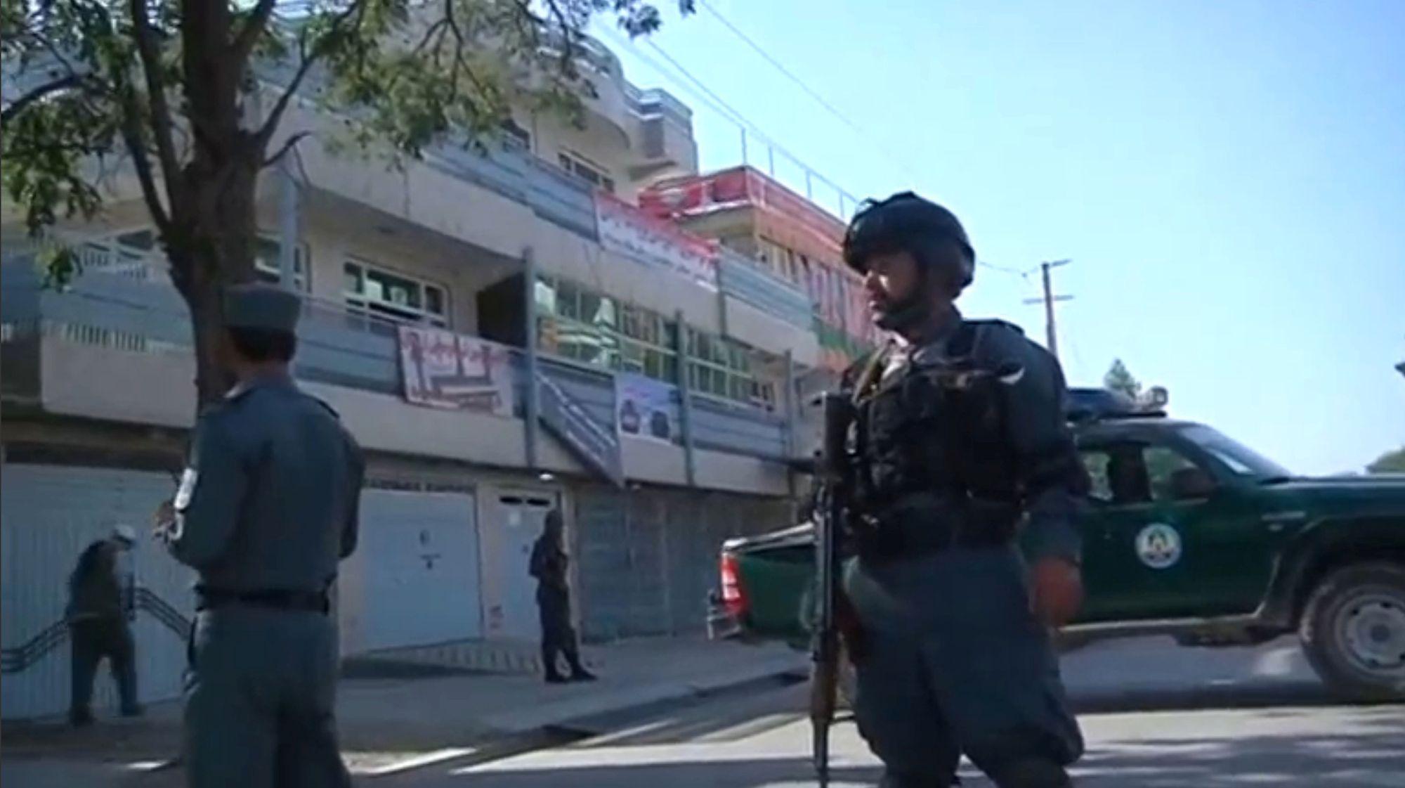 Du personnel de sécurité afghan sur le site de l'attaque à la voiture piégée au coeur de Kaboul