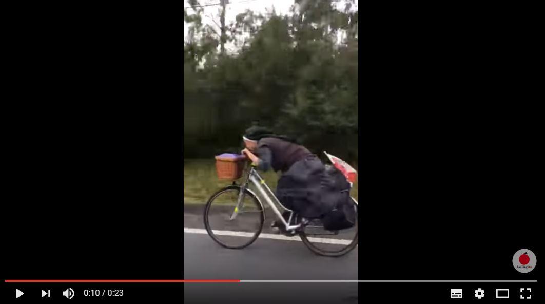 Cette sœur à bicyclette n'a rien à envier à un cycliste professionnel