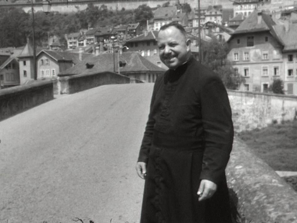 Le curé du quartier de l'Auge, en Basse-Ville de Fribourg, 1969. [RTS]