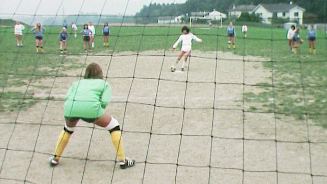 Match de football féminin en 1975. [RTS]