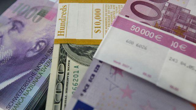 L'euro comme le dollar gagnent du terrain face au franc suisse. [Pascal Lauener - Reuters]