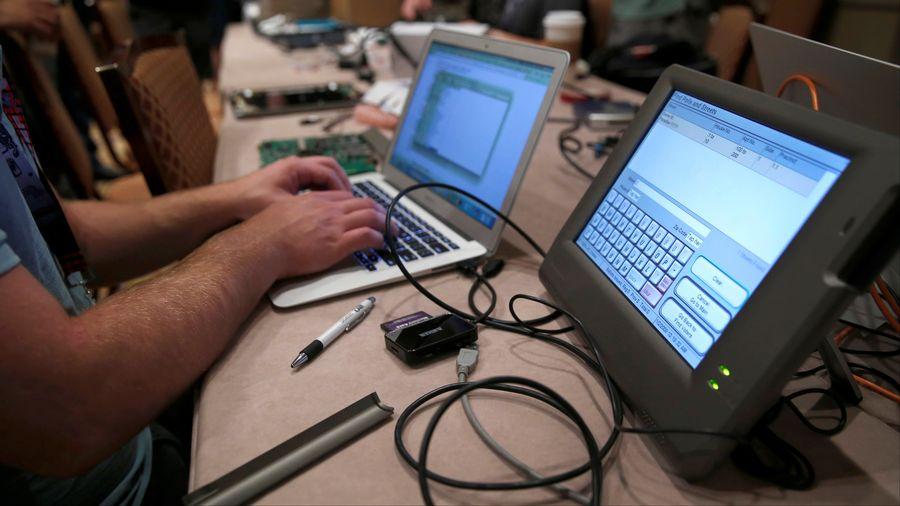 Les machines électroniques de vote n'ont pas résisté longtemps aux hackers.