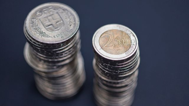 Le franc perd du terrain face à l'euro depuis près d'une semaine. [Martin Ruetschi - Keystone]