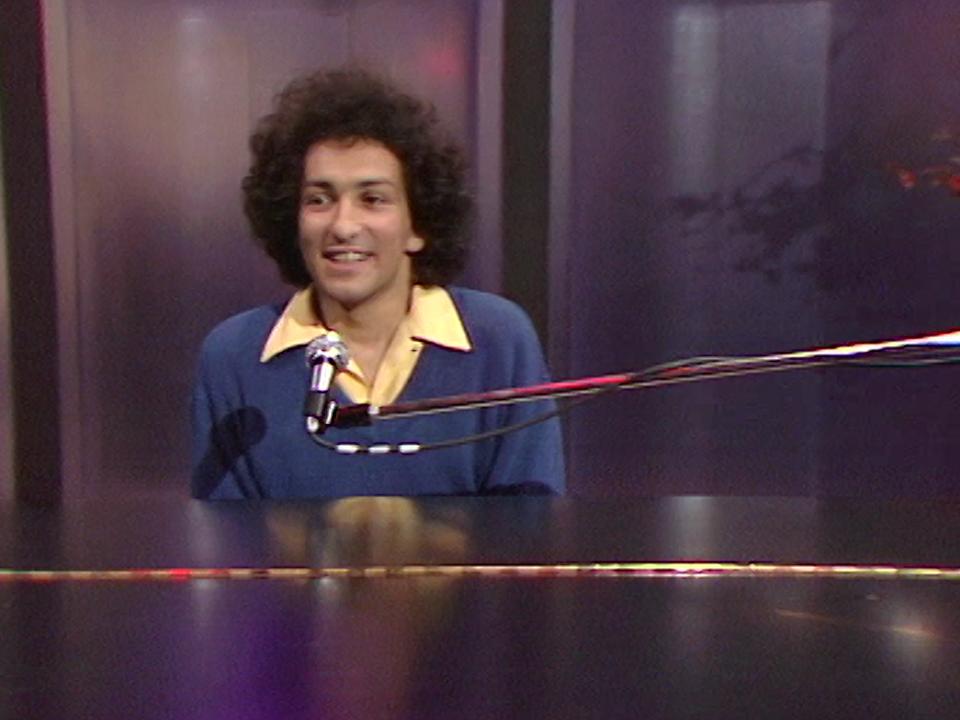 """Michel Berger chante """"La groupie du pianiste"""" en 1980. [RTS]"""