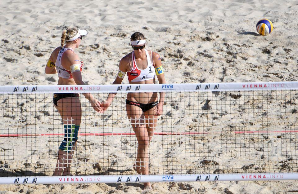 Nina Betschart et Tanja Hüberli ont accédé aux huitièmes de finale avec facilité. [Roland Schlager - Keystone]