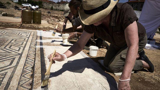 Archéologues travaillant sur le site de Sainte-Colombe, près de Vienne. [Jean-Philippe Ksiazek - AFP]