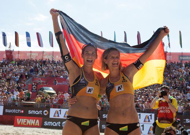 Laura Ludwig (à gauche) et Kira Walkenhorst ont conquis le dernier titre qui leur manquait. [Alex Halada - AFP]