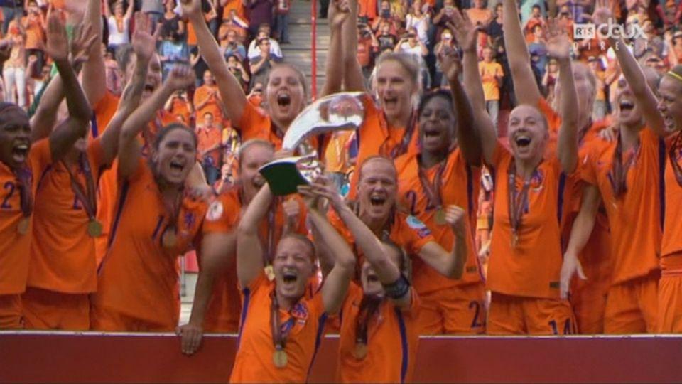 Finale, Pays-Bas bat Danemark 4-2: la joie des joueuses lors de la remise du trophée [RTS]