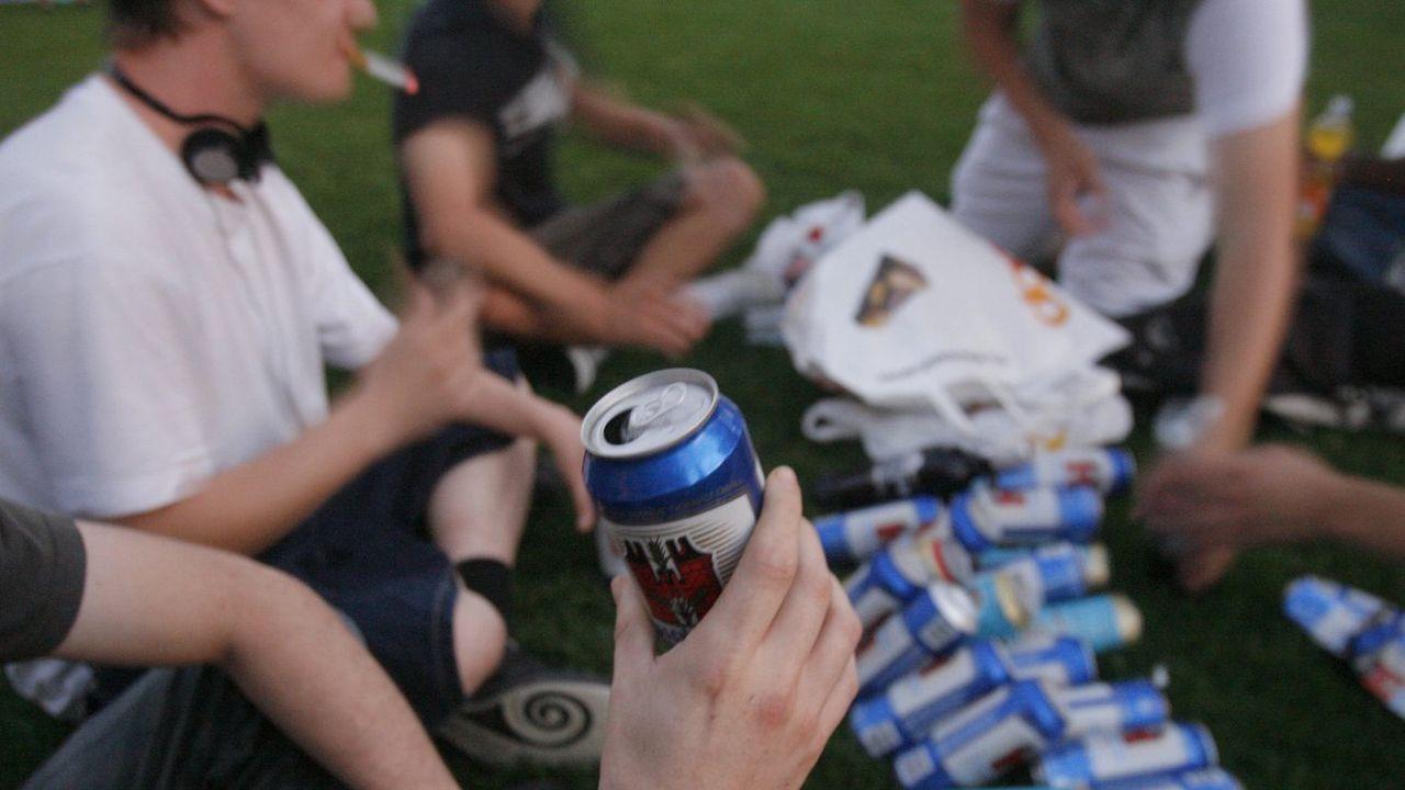 Les ivresses ponctuelles répétées chez les jeunes favorisent une dépendance ultérieure. [Urs Flueeler - Keystone]
