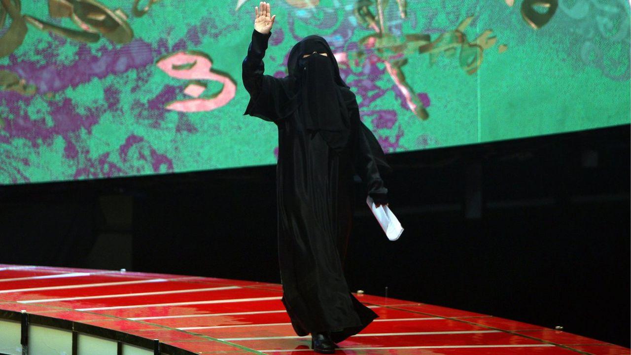 """La journaliste et poétesse saoudienne Hissa Hilal sur le plateau de """"Million's Poet"""". [Ali Haider - EPA - Keystone]"""