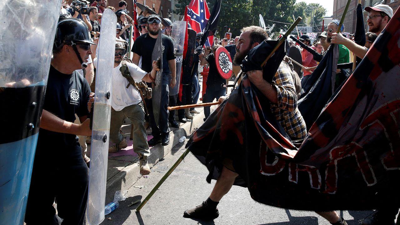 Heurts entre des suprémacistes blancs et des contre-manifestants à Charlottesville, en Virginie, le 12 août 2017. [Joshua Roberts - Reuters]