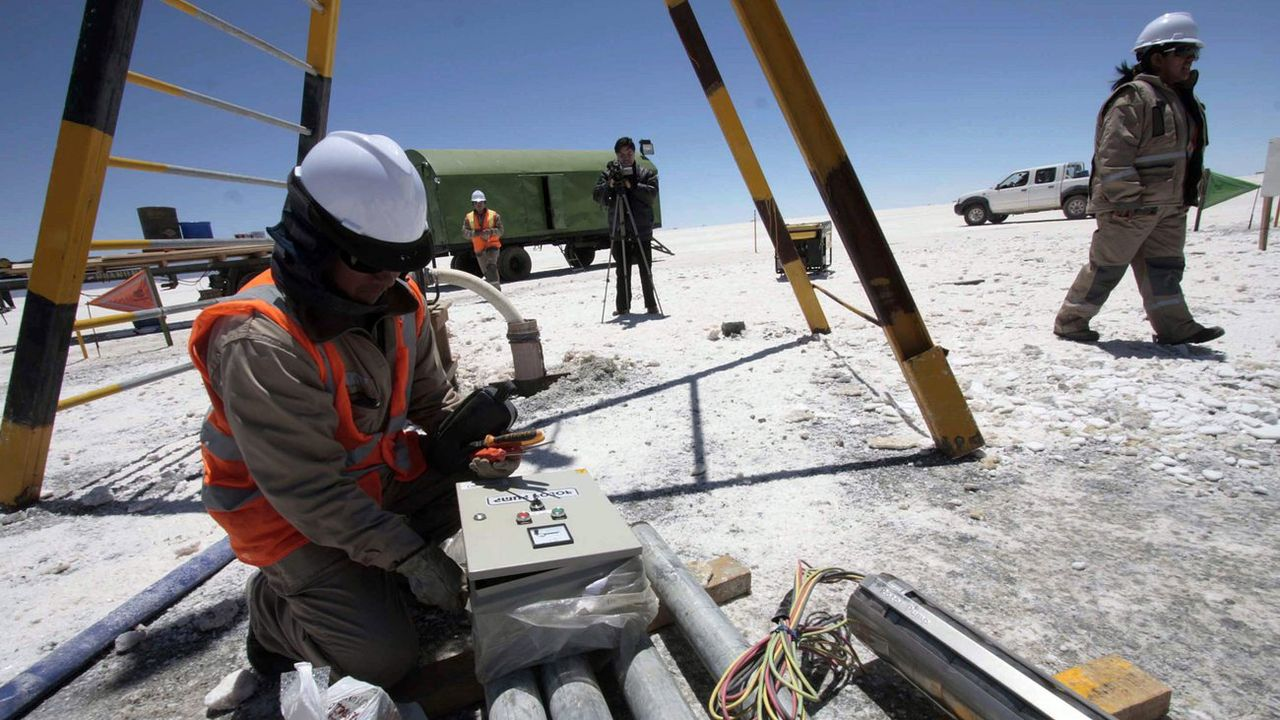 Extraction du lithium sous le lac salé d'Uyuni en Bolivie. [Javier Mamani - EPA/Keystone]