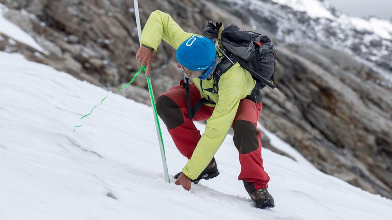 Le glaciologue Giovanni Kappenberger mesure chaque année le niveau de la glace du Monte Basòdino. [Francesca Agosta - Keystone]