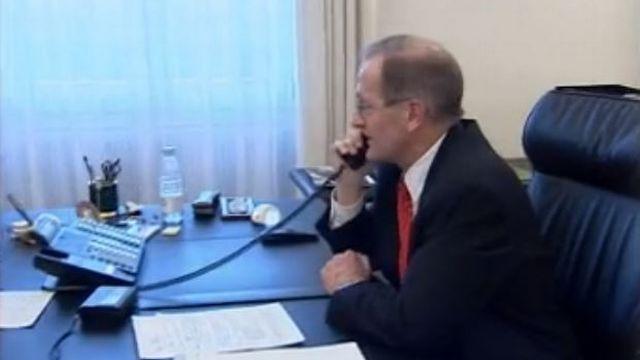 Joseph Deiss annonce à Kofi Annan le oui de la Suisse à l'ONU. [RTS]